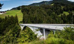Von der Salginatobelbrücke gehts 90 Meter runter ins ins Bachbett.