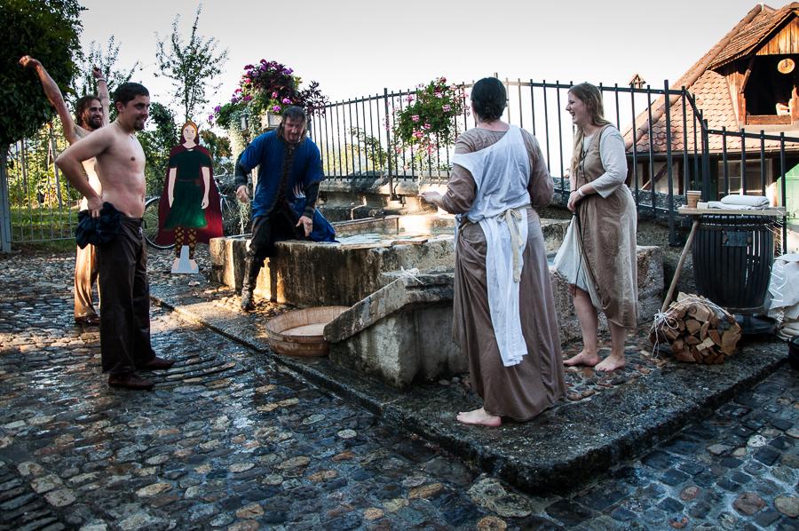 Waschtag im Brunnen vor der Stadt